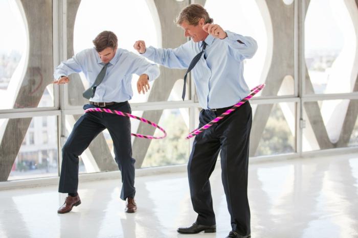 wie kann man schnell abnehmen, sport in dem büro, zwei männer mit anzüge treiben leichtes sport in der pause, kreative ideen