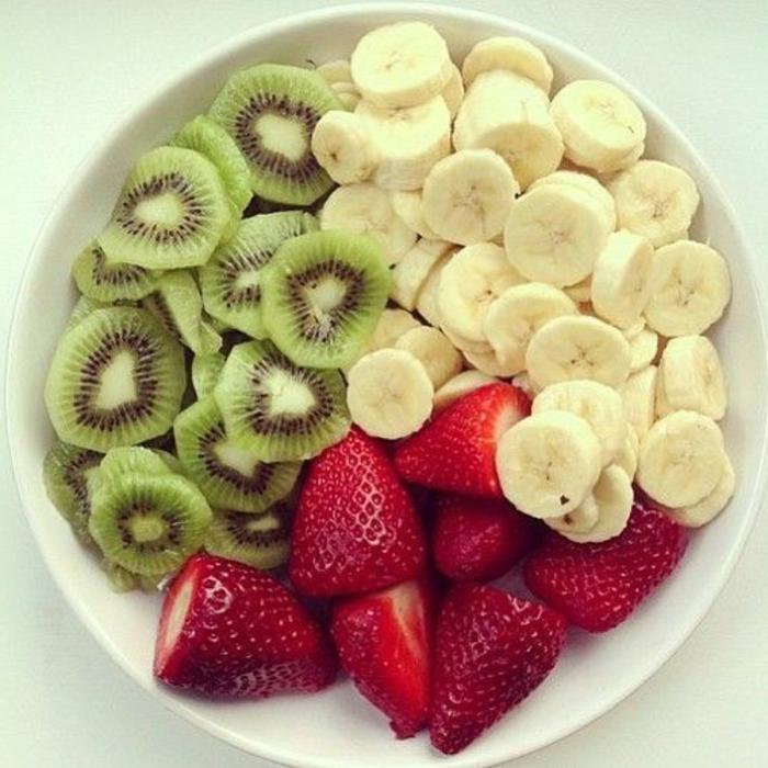 wie kann man schnell abnehmen, viel obst und gemüse zu sich nehmen, frühstück kiwi, banane, erdbeeren.