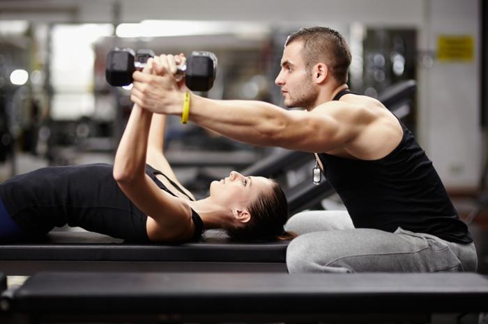 wie kann man schnell abnehmen, sport mit einem eigenen trainer treiben, frau und mann im sportsall
