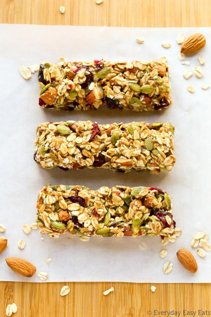 müsliriegel rezept gesunde idee zum selber zubereiten, viele eiweißreiche zutaten mandeln pistazien, lecker