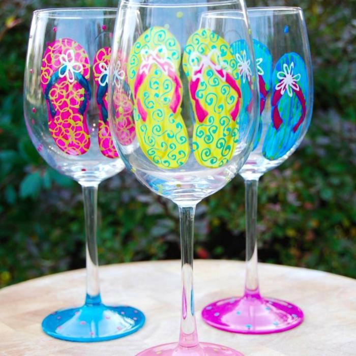 kleine Flip Flops, drei Paare, jedes Glas in verschiedenen Farben, Glas malen