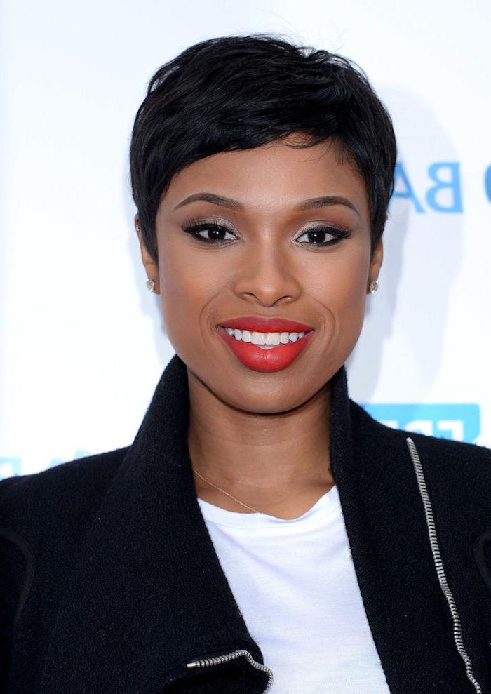 Damen Kurzhaarfrisur, schwarze Haare, weißes Top und schwarzer Blazer, roter Lippenstift