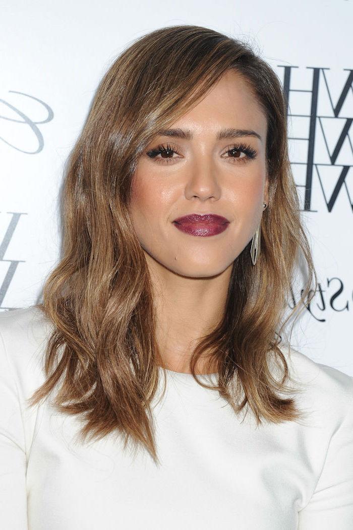 Jessica Alba Haarfrisur, braune mittellange Haare, olivfarbene Haut, weinroter Lippenstift und schwarze Mascara, weißes Top