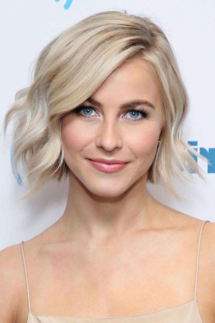 Kinnlange Bob Frisur, blonde Haare, blaue Augen, leichtes Tages Make-up, Kleid mit Spaghetti-Trägern