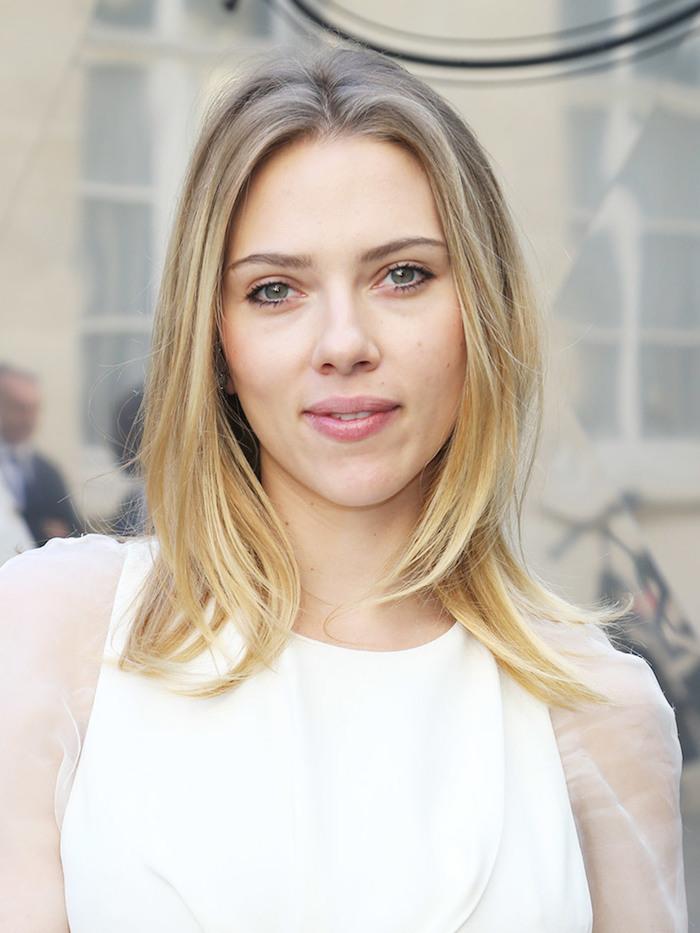 frisuren frauen mittellang, dunkelblonde haare mit blonden spitzen, natürliches make up, scarlett johansson