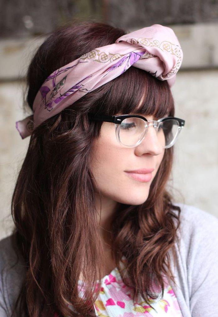Pony Frisur mit lila Haarband, kastanienbraune mittellange Haare, Brille mit schwarzem Rahmen