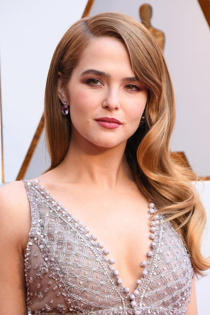 Trendfrisuren für Jahr 2018, Langhaarfrisur mit Locken, hellbraune Haare, Abendkleid mit V-Ausschnitt, mit Perlen und Pailletten verziert