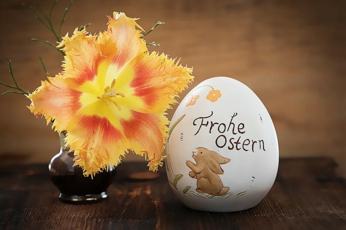 Frohe Ostern steht auf einem Ei, Ostereier bemalen Techniken mit Filzstift