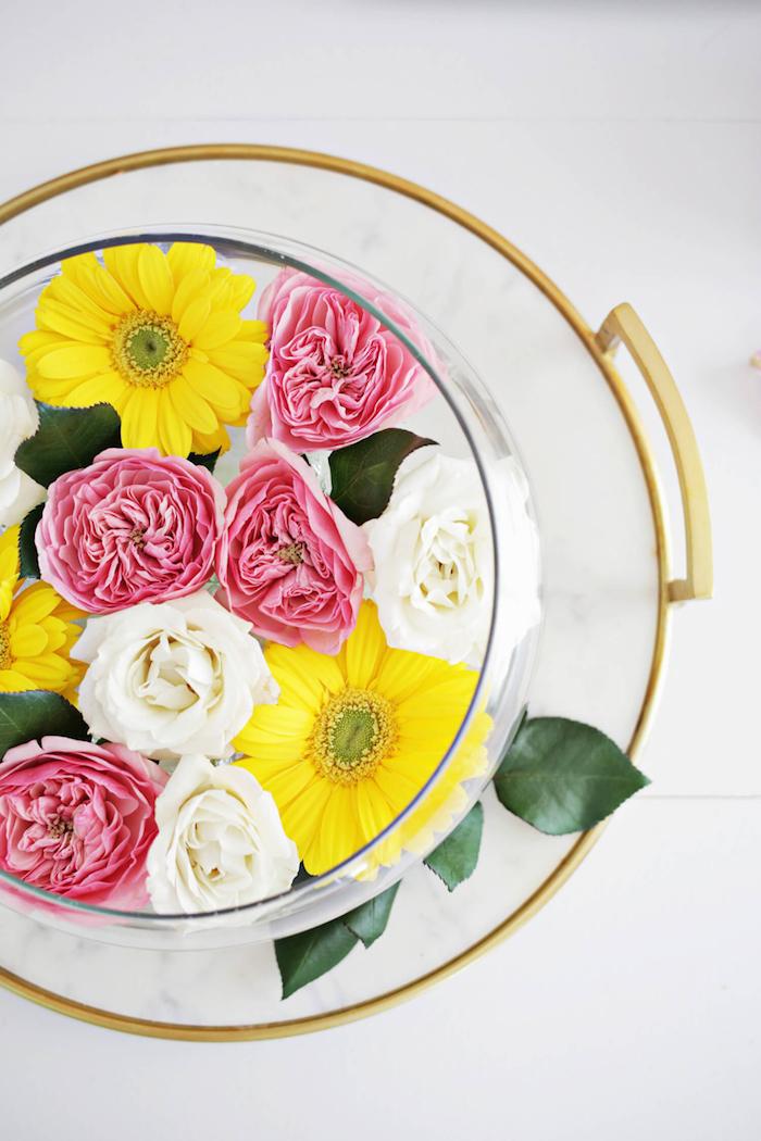 Gelbe Gerbera, rosafarbene und weiße Rosen in Schale, Frühlingsdeko selbst gestalten