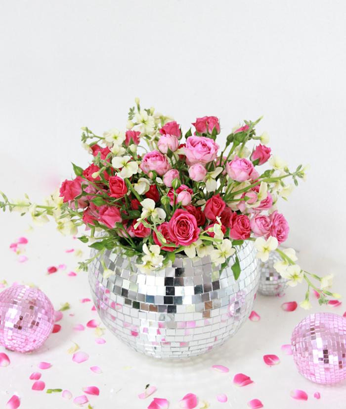 Diskoball-Vase selber machen, kleine rosafarbene und rote Rosen, großer Blumenstrauß