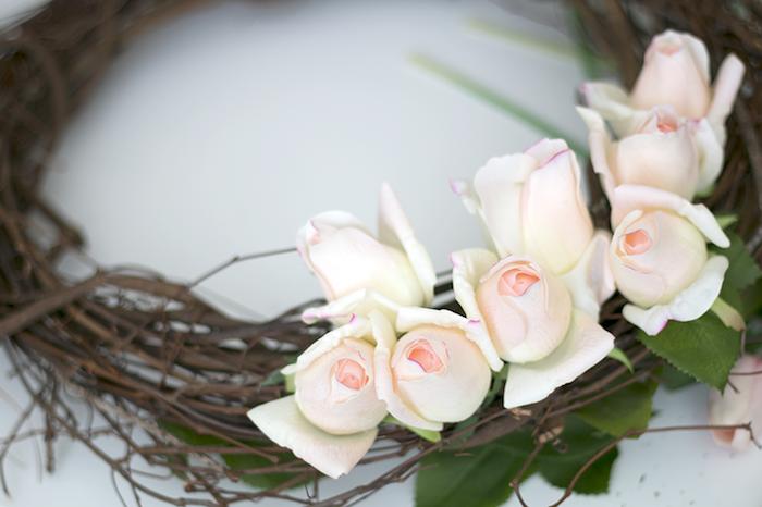 Türkranz selbst gestalten, Weidenzweige mit echten weißen Rosen verzieren