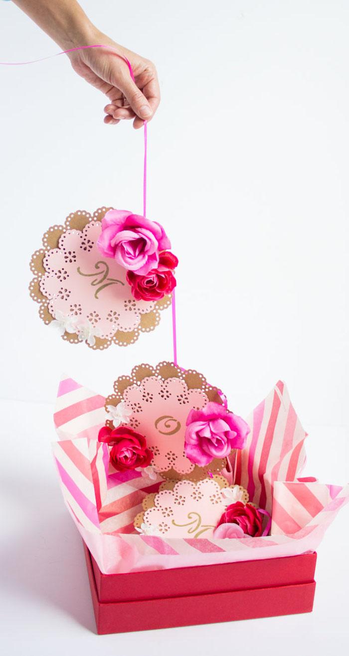Girlande aus Papierblumen und Zettel mit Aufschrift Mama, Geschenkidee zum Muttertag