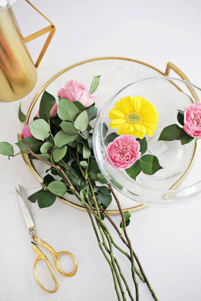 Schale mit rosafarbenen Rosen und gelben Gerbera, Tischdeko für Frühlingsstimmung zu Hause