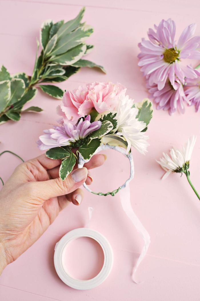 Serviettenhalter mit Chrysanthemen und Nelken, Blüten mit Klebeband befestigen