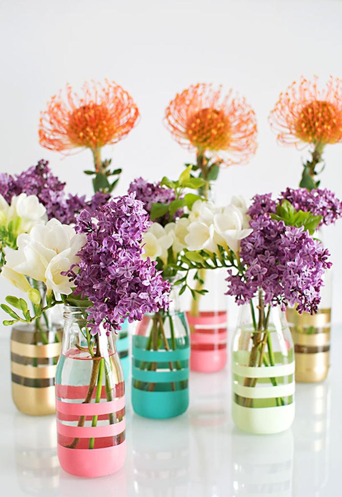 Weiße Freesien und lila Flieder in bunten Vasen, Frühlingsdeko für Zuhause, Vasen selbst gestalten