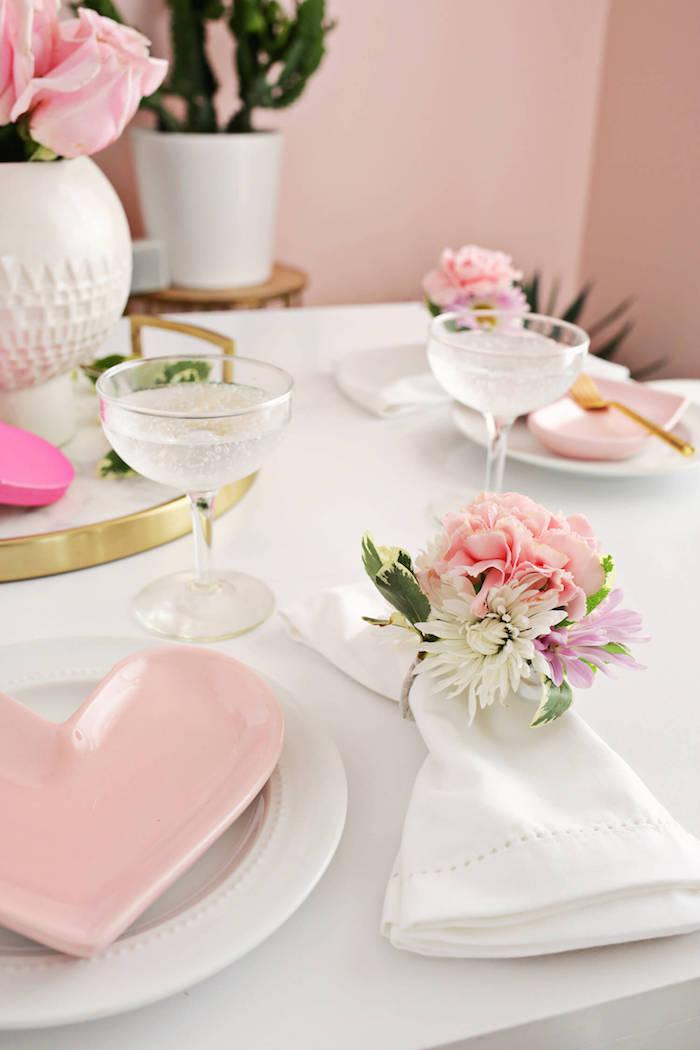 Tischdeko mit echten Frühlingsblumen, kreative DIY Idee für Tischdeko, weißes Porzellan