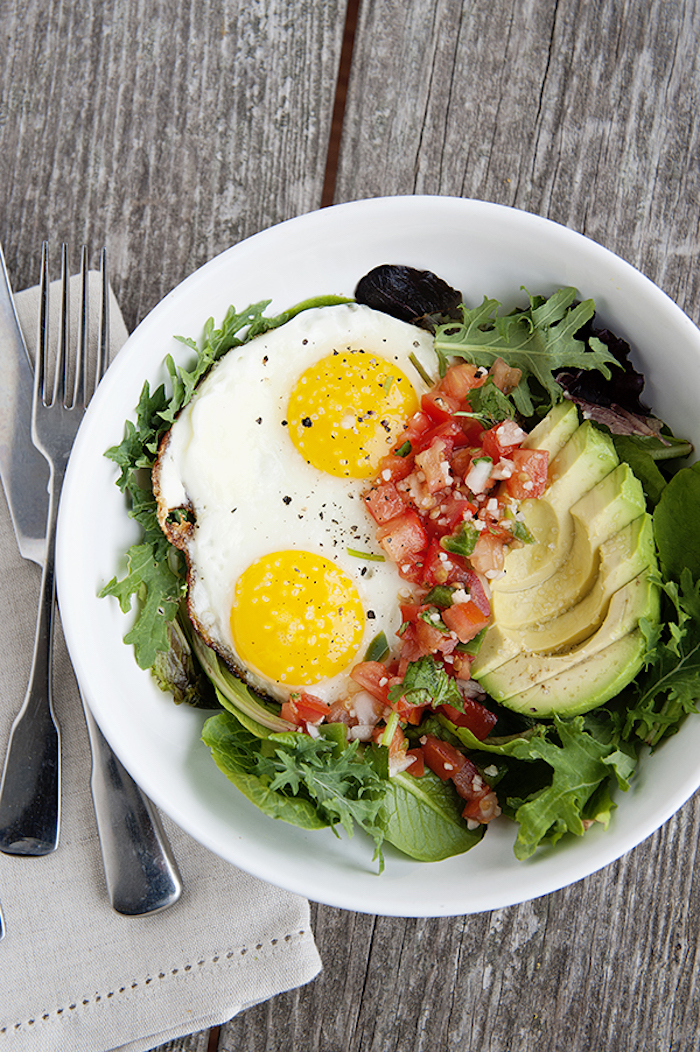 frühstück zum abehmen, untergrund aus hold, tisch, eier mit avocado, tomaten und grünem salat