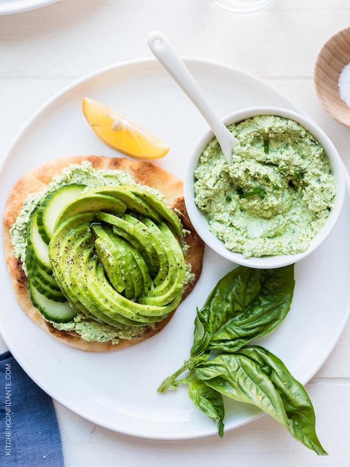 frühstück zum abnehmen, ein weißer teller, schüssel mit avocadopüree, gurken, gesund leben