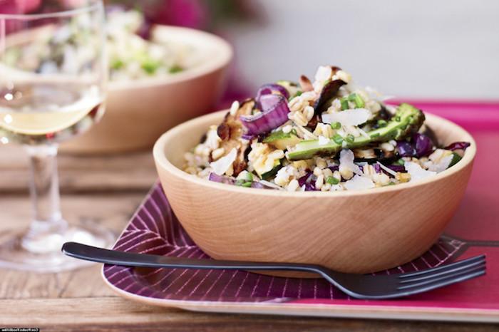 frühstück zum abnehmen, eine hölterne schüssel, gabel, tisch, salat aus quinoa und gemüse, zwiebel