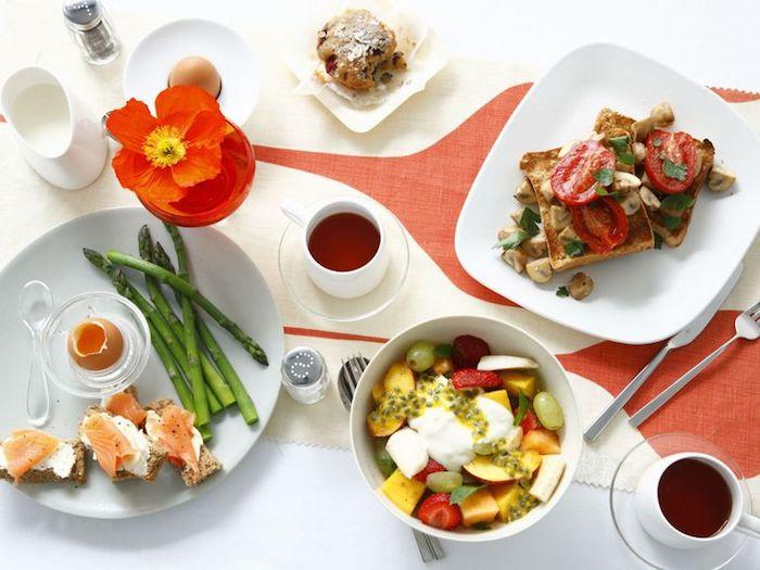 kalorienarmes frühstück, gesund frühstücken, tassen kaffee, orange blume, obstsalat