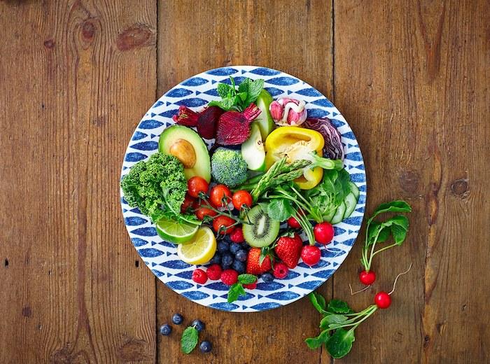 frühstücksideen gesund, ein teller in weiß und blau mit fisch motiv, obst und gemüse, vitamine