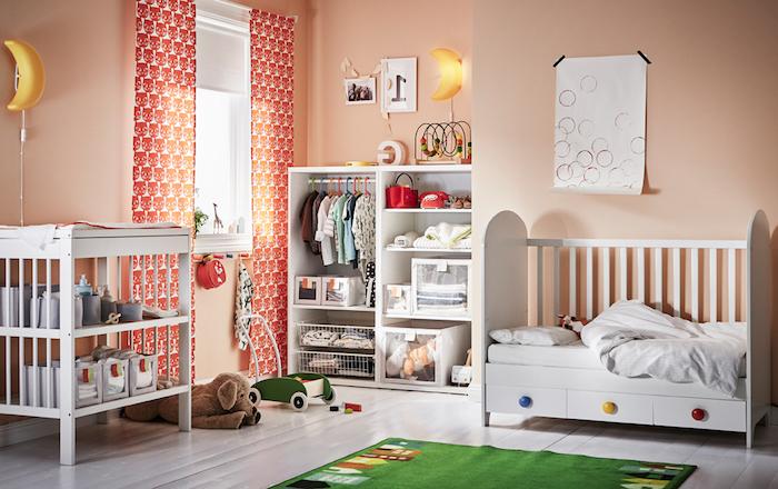 Babyzimmer in fröhlichen Farben, weiße Holzmöbel, grüner Teppich, Lampe als Mond