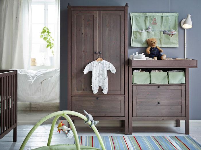 Babyzimmer Einrichtung, Schrank und Babybett aus Massivholz, graue Wandfarbe