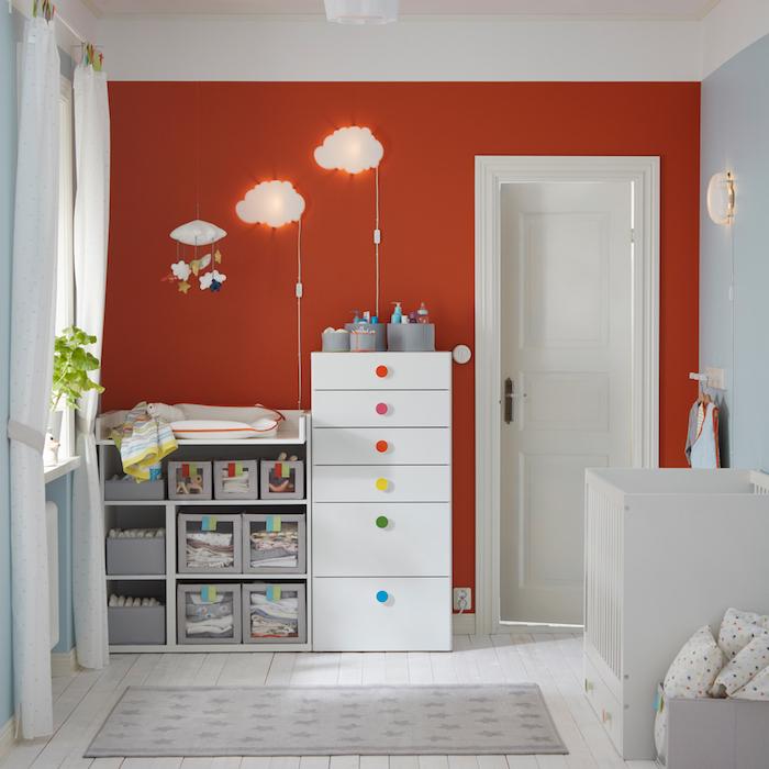 Babyzimmer in Rot und Weiß, Lampen als Wolken, weiße Vorhänge, grüne Pflanzen am Fenster