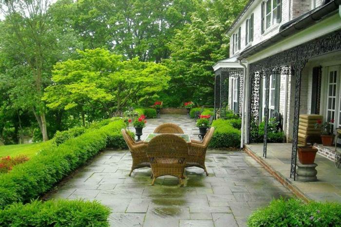 diy garten ideen, grünes ambiente zu hause, rattan möbel, grüne busche und bäume, großer garten