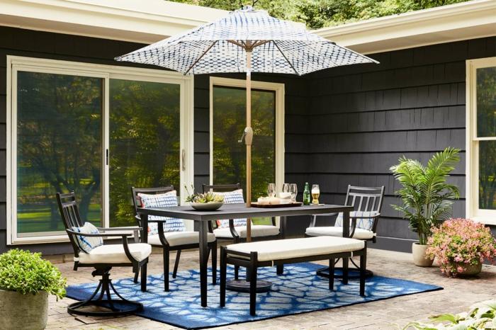 diy garten, gestalten sie das beste flair in ihrem zuhause, schöne ideen, sonnenschirm, sitztisch. stühle, blauer teppich