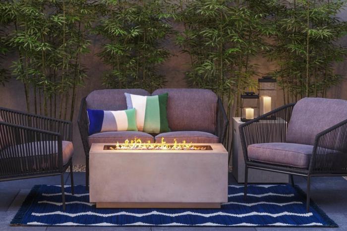 diy garten, einfaaches aber schönes design in blau und grün, pflanzen und teppiche, sessel, kissen, kaminofen