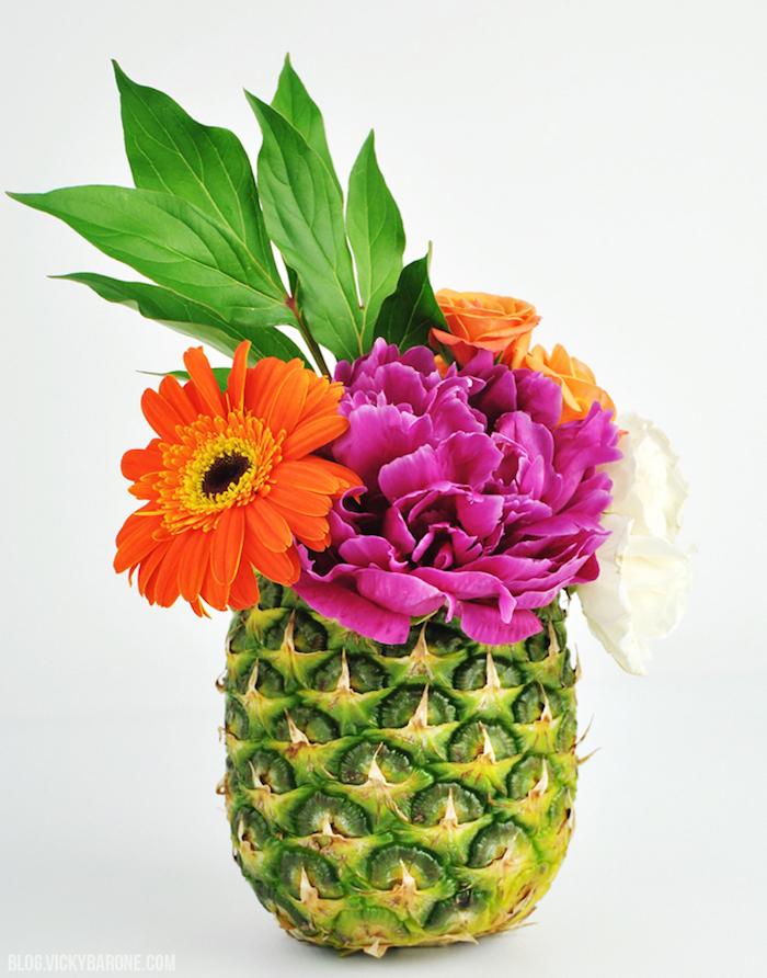 Blumenstrauß in Ananas Vase, Pfingstrosen und Gerbera, fröhliche Farben