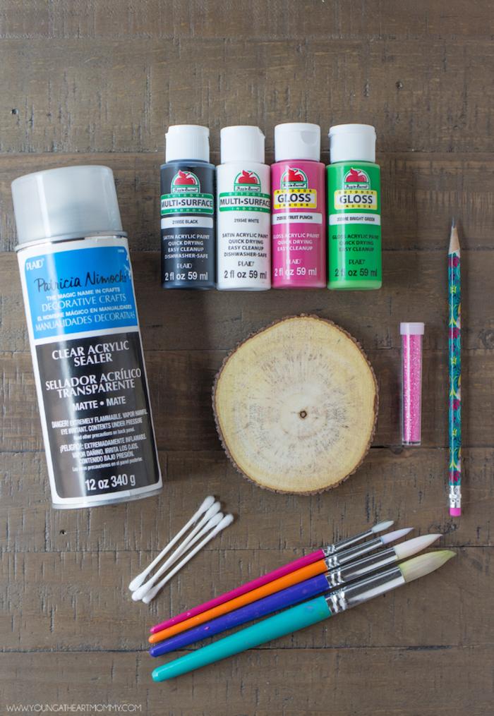 Materialien für DIY Projekt, Untersetzer für Gläser, Pinsel Farben Holzstück Glitter Bleistift und Wattestäbchen