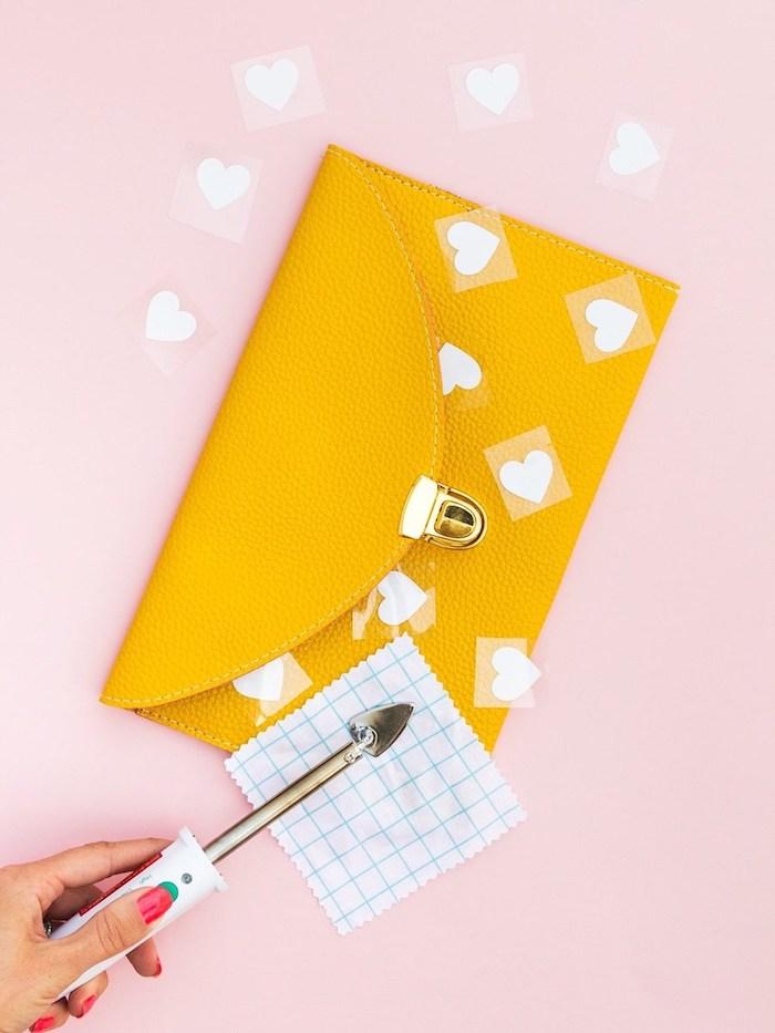 Gelbe Handtasche selbst verzieren, kleine weiße Herzen aufkleben, Geburtstagsgeschenk für Freundin selber machen