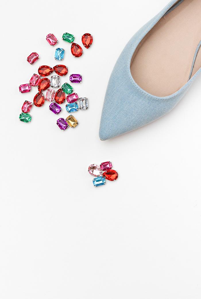 Schlichte Schuhe mit bunten Kristallen verzieren, Geburtstagsgeschenk für Freundin