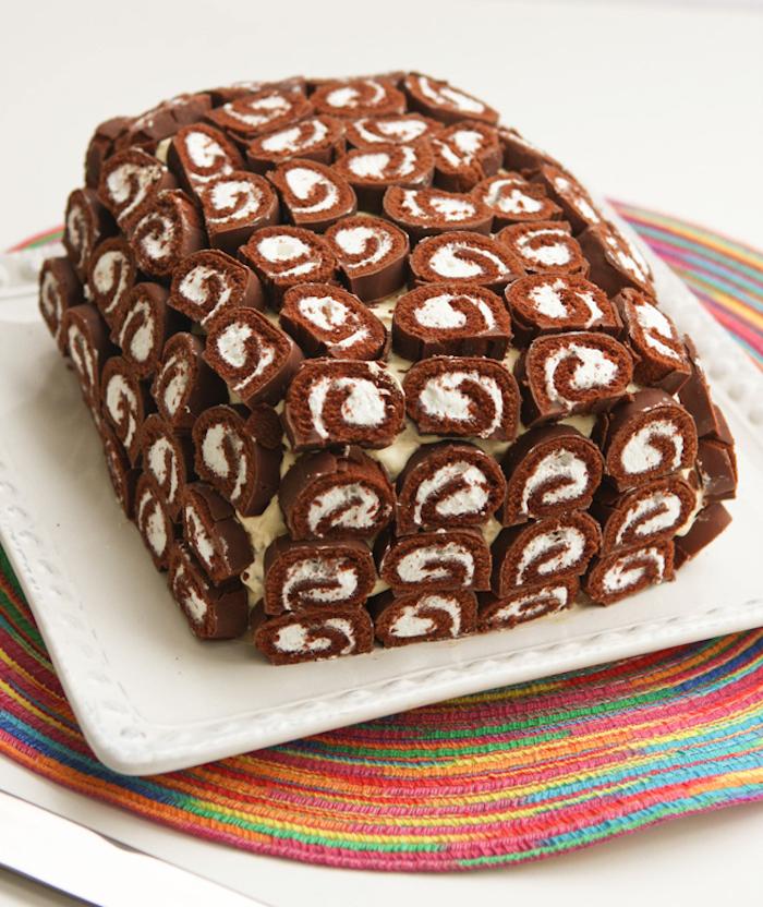 geburtstagstorte selber machen, eckiger weißer teller, dessert mit eiscreme, rolle und sahne