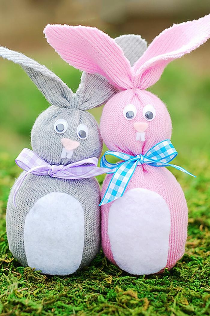 Diy Projekt für kleine Ostergeschenke, zwei Osterhasen aus Socken mit bunten Schleifen um Hals
