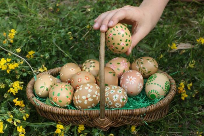 Ostereier bemalen Techniken, braune Eier mit kleinen Blümchen als Dekoration