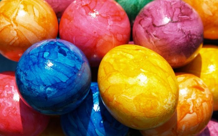 Ostereier bemalen Techniken, bunte Eier mit Schattierungen selber herstellen