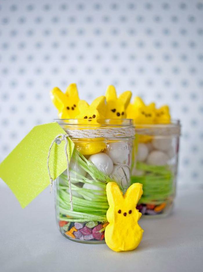 kleine Ostergeschenke, gelbe Osterhasen, weiße Schokoladeneier in Weckgläsern