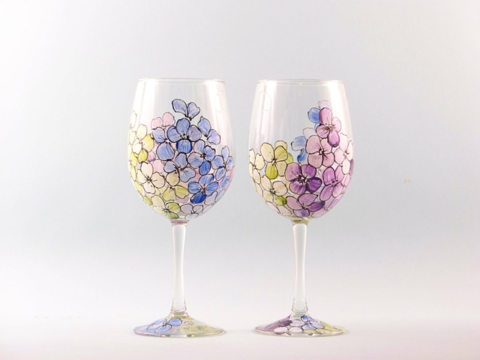 zwei Gläser mit Frühlingsblüten bemalt, lila, blaue und gelbe Blüten, Glas malen