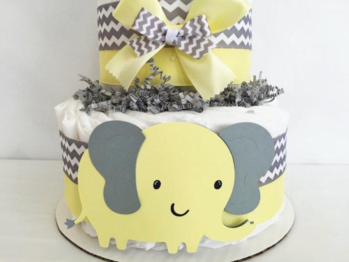eine graue und eine gelbe schleife, ein großer gelber elefant mit schwarzen augen und zwei großen grauen ohren, eine torte aus weißen windeln, eine windeltorte selber machen