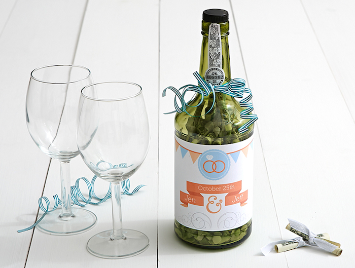 Kreative Idee für Geldgeschenk, Geldscheine aufrollen und in Glasflasche füllen, zwei Weingläser