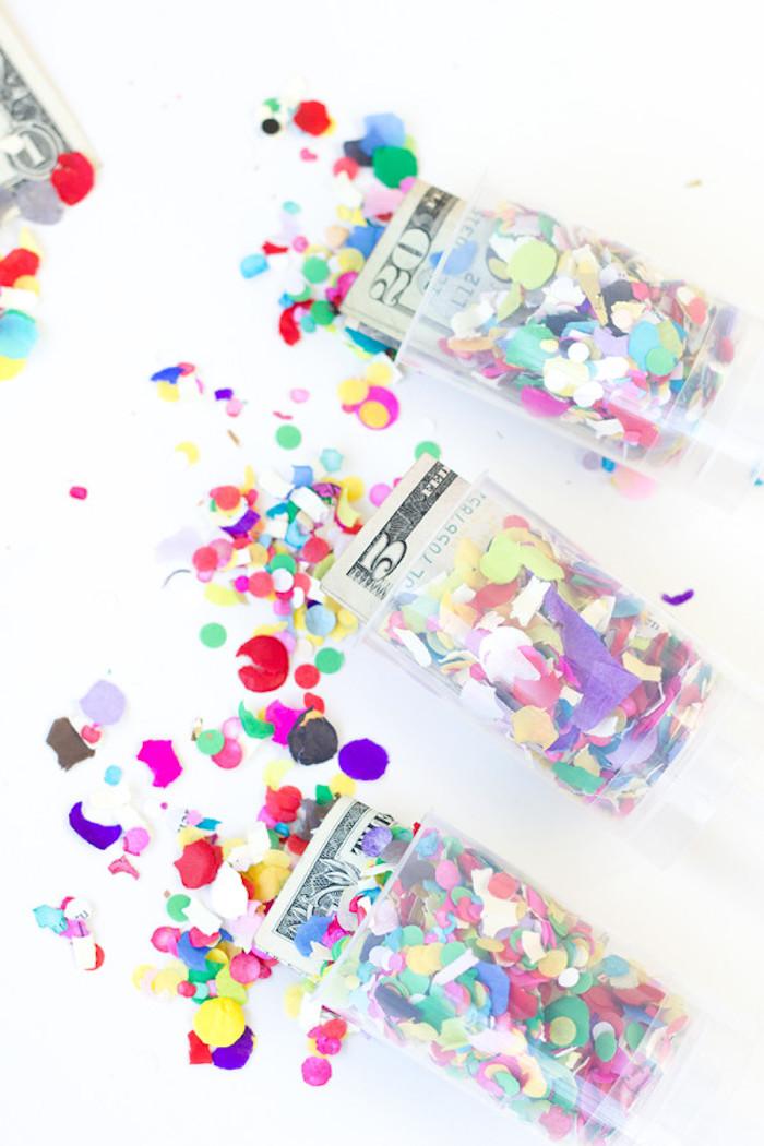 Kreative Idee für Geldgeschenk, Geldscheine und bunte Confetti, originelles Hochzeitsgeschenk