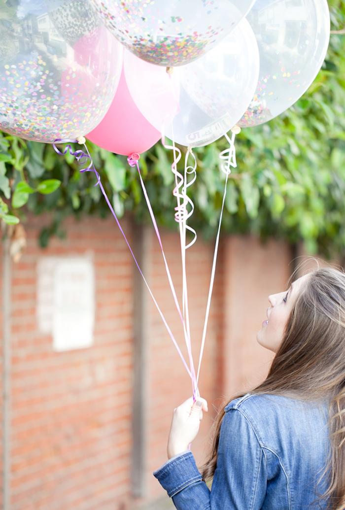 Geldgeschenk originell verpacken, Ballons mit Confetti und Geldscheinen füllen