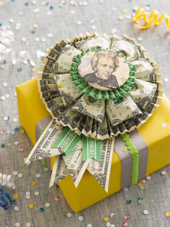 Hochzeitsgeschenk kreativ verpacken, Schleife aus Geldscheinen, gelbe Geschenkverpackung