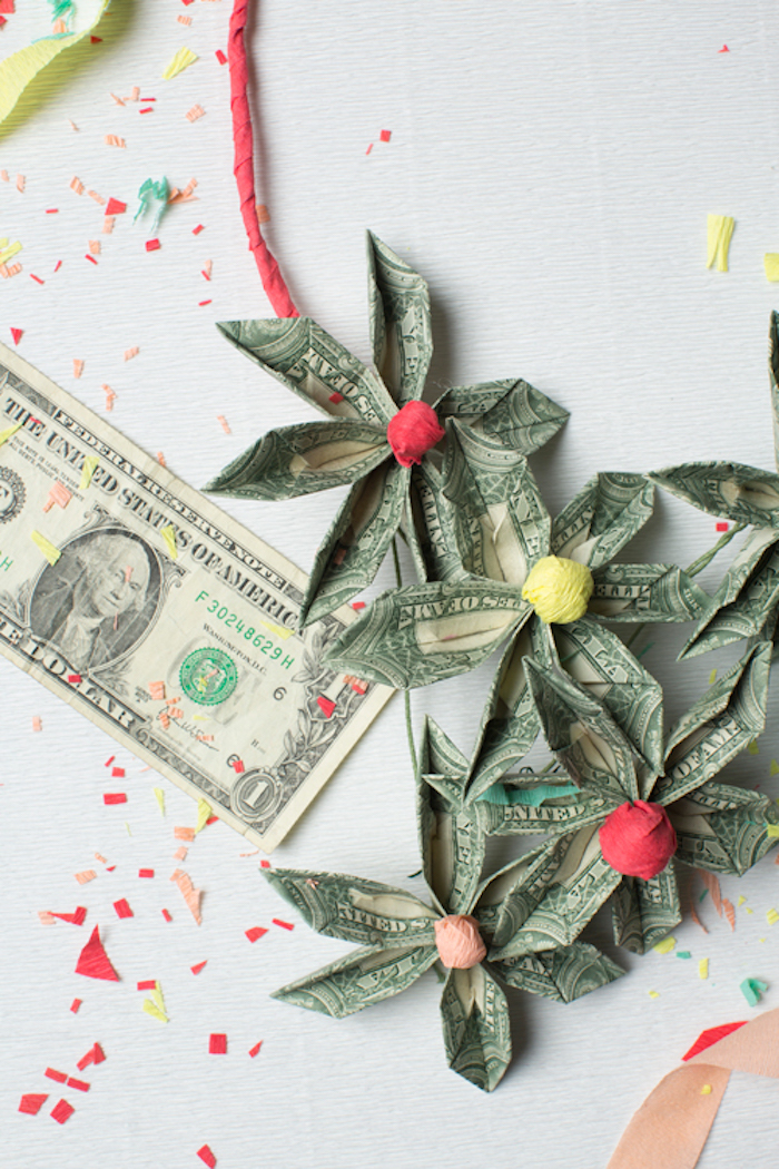 Kette aus Geld selber basteln, Blumen aus Geldscheinen, Geschenk für die Braut