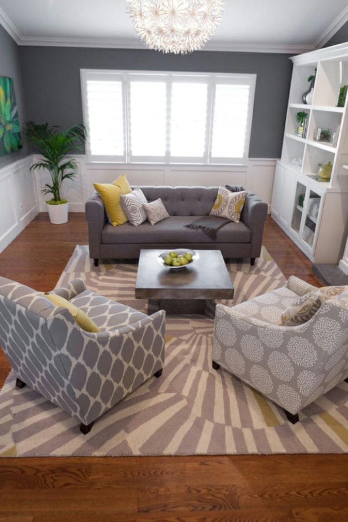 zwei Sessel und ein Sofa, Teppich mit ausgefallenen Mustern, weiße Regale, kleine Wohnung einrichten
