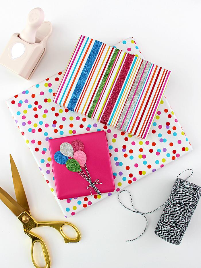 Geburtstagsgeschenke schön verpackt und verziert, Regenbogenfarben und Glitter