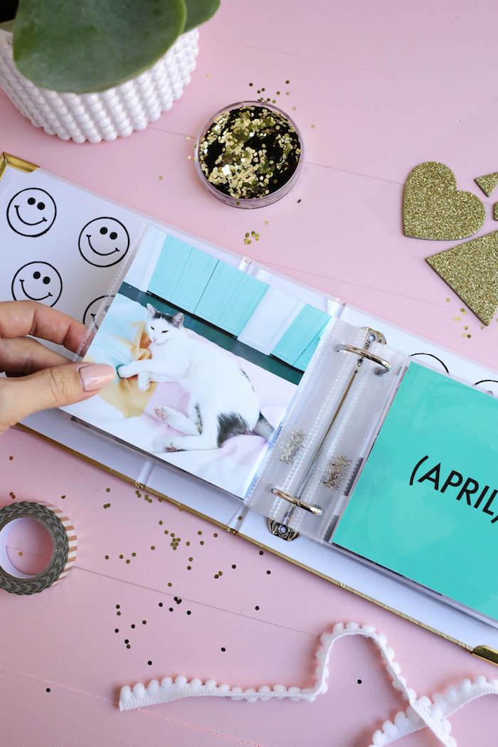 DIY Idee für Hochzeitsgeschenk, Fotoalbum selber machen, mit Glitzer und Pompoms verzieren
